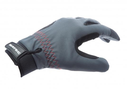 Die perfekte Balance zwischen Grip und Haltbarkeit. Der Handschuh 4 SEASONS besteht aus Neopren und Amara und ist mit einer nahtlosen Fingerkonstruktion und Polsterungen an den Handflächen ausgestattet. Für verlässliche Funktion bei feuchten und trockenen Bedingungen.