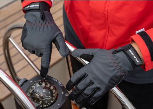 Die perfekte Balance zwischen Grip und Haltbarkeit. Der Handschuh 4 SEASONS besteht aus Neopren und Amara und ist mit einer nahtlosen Fingerkonstruktion und Polsterungen an den Handflächen ausgestattet. Für verlässliche Funktion bei feuchten und trockenen Bedingungen. (Bild 2 von 6)