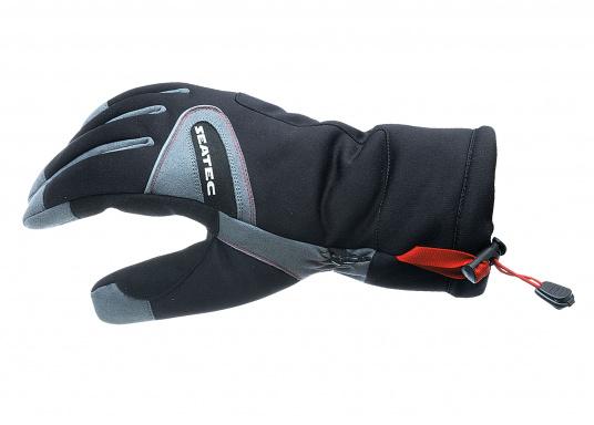 Vielseitig verwendbarer Handschuh für alle Wetterbedingungen. Wasserdicht, flexibel, komfortabel zu tragen und daher perfekt für lange Zeiten am Ruder geeignet.