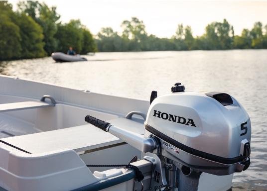 Mehr Spaß am Fahren! Der Außenborder BF5 von Honda lässt sich einfach bedienen und ist mit allem ausgestattet, was Ihnen ein Maximum an Komfort, Sicherheit und leistung bringt. Erhältlich als Kurzschaft oder Langschaft Version. (Bild 2 von 3)