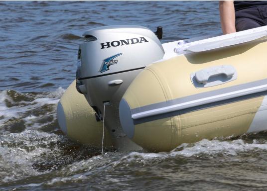 Zuverlässiger Partner auf dem Wasser! Der Außenborder BF 8 von Honda verfügt über ein umfangreiches Warrnsystem wie z.B. Überhitzungs- und Öldruckalarm. Erhältlich als Kurzschaft oder Langschaft Version. (Bild 2 von 2)