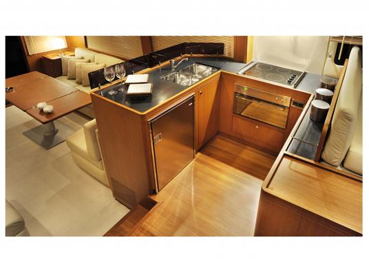 Exklusive Kühlschrankserie mit Türen und Innendetails aus rostfreiem Edelstahl. Die Türen verfügen über eingelassene Verschlüsse und sind bündig mit den Montagerahmen.  (Bild 2 von 2)