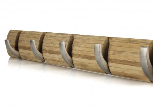 Stilvolles Design aus Bambus mit fünf einklappbaren Metall-Kleiderhaken. Rückseitige Befestigung.