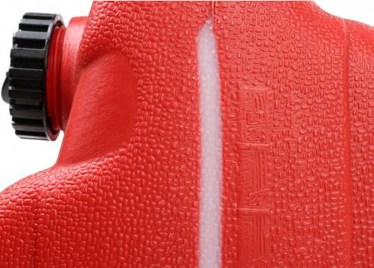 Stabiler 25 lTankaus widerstandsfähigem Kunststoff für Außenborder. Ein transparenter Streifen an der Seite erlaubt eine schnelle Inhaltskontrolle. Eine integrierte Reserve-Kraftstoffkammer erhöht die Betriebssicherheit.  (Bild 3 von 3)