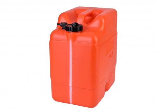 Stabiler 23 l Tankaus widerstandsfähigem Kunststoff für Außenborder. Ein transparenter Streifen an der Seite erlaubt eine schnelle Inhaltskontrolle,eine integrierte Reserve-Kraftstoffkammer erhöht die Betriebssicherheit.