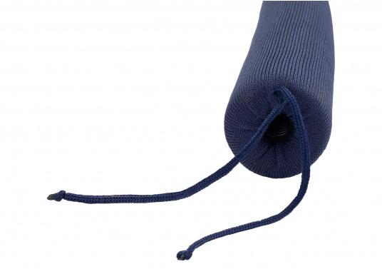 Praktische Relingsdrahtpolsterung, die ein angenehmes Anlehnen an der Reling ermöglicht. Der Bezug beteht aus einem nahtlosem und UV-Beständigem Polyester. Länge: 1 m. Farbe: navy blau. (Bild 2 von 4)