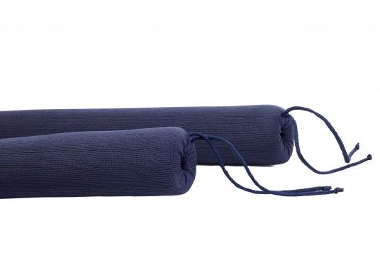 Praktische Relingsdrahtpolsterung, die ein angenehmes Anlehnen an der Reling ermöglicht. Der Bezug beteht aus einem nahtlosem und UV-Beständigem Polyester. Länge: 1 m. Farbe: navy blau. (Bild 3 von 4)
