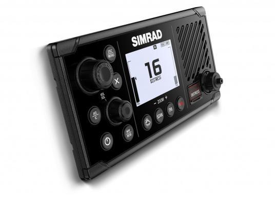 Das UKW SeefunkgerätRS40 von SIMRAD verfügt über eine integrierte GPS-Antenne, einen integrierten AIS-Empfänger und überzeugt mit vielseitiger Konnektivität. Ein großes Display mit intuitiver Benutzeroberfläche sorgt für eine übersichtliche und einfache Bedienung.Optisch wurde das Display an das Design der SIMRAD Multifunktionsdisplays angepasst. (Bild 3 von 3)