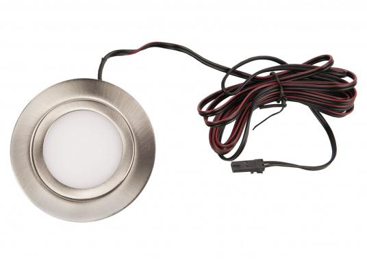 Formschöne LED-Einbauleuchte in sehr flacher Bauweise mit Metall-Gehäuse mit opaler Abdeckung. Die Lampe bietet ein angenehmes, warmweißes Licht und eine homogene Lichtverteilung ohne sichtbare LED Punkte. (Bild 2 von 4)