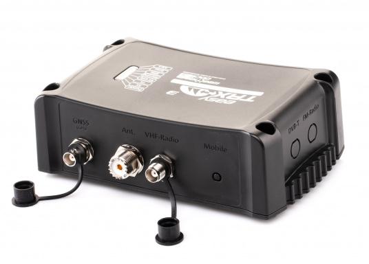 Der Class B AIS-Sender/Empfänger easyTRX3 von Weatherdock überzeugt mit neusten Innovationen: 5 W Sendeleistung, schnellere Übertragungsrate der AIS Protokolle und SOTDMA-Technologie. Der AIS-Transceiver besteht aus einem robusten, kompakten und wasserdichten Gehäuse und gewährleistet, dass permanent parallel auf beiden AIS-Frequenzen gesendet und empfangen wird. Das Gerät verfügt über einen integrierten Splitter sowie eine integrierte GPS-Antenne.