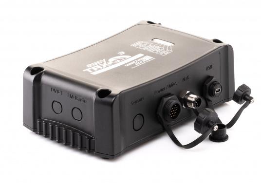 Der Class B AIS-Sender/Empfänger easyTRX3 von Weatherdock überzeugt mit neusten Innovationen: 5 W Sendeleistung, schnellere Übertragungsrate der AIS Protokolle und SOTDMA-Technologie. Der AIS-Transceiver besteht aus einem robusten, kompakten und wasserdichten Gehäuse und gewährleistet, dass permanent parallel auf beiden AIS-Frequenzen gesendet und empfangen wird. Das Gerät verfügt über einen integrierten Splitter sowie eine integrierte GPS-Antenne. (Bild 3 von 6)