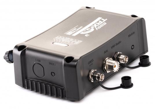Der Class B AIS-Sender/Empfänger easyTRX3 von Weatherdock überzeugt mit neusten Innovationen: 5 W Sendeleistung, schnellere Übertragungsrate der AIS Protokolle und SOTDMA-Technologie. Der AIS-Transceiver besteht aus einem robusten, kompakten und wasserdichten Gehäuse und gewährleistet, dass permanent parallel auf beiden AIS-Frequenzen gesendet und empfangen wird. Das Gerät verfügt über einen integrierten Splitter sowie eine integrierte GPS-Antenne. (Bild 5 von 6)
