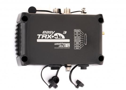 Der Class B AIS-Sender/Empfänger easyTRX3 von Weatherdock überzeugt mit neusten Innovationen: 5 W Sendeleistung, schnellere Übertragungsrate der AIS Protokolle und SOTDMA-Technologie. Der AIS-Transceiver besteht aus einem robusten, kompakten und wasserdichten Gehäuse und gewährleistet, dass permanent parallel auf beiden AIS-Frequenzen gesendet und empfangen wird. Das Gerät verfügt über einen integrierten Splitter und einer externen GPS- und WiFi-Antenne. (Bild 5 von 7)