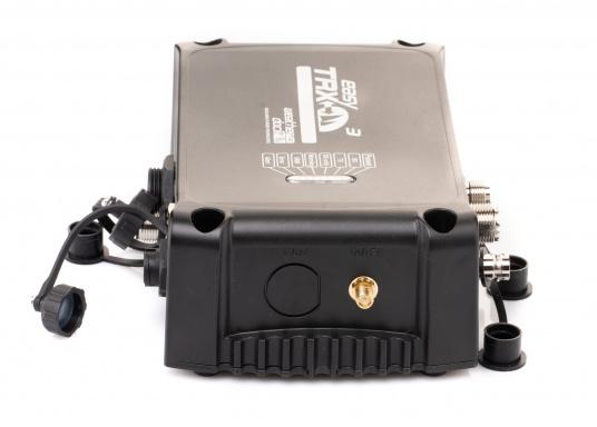 Der Class B AIS-Sender/Empfänger easyTRX3 von Weatherdock überzeugt mit neusten Innovationen: 5 W Sendeleistung, schnellere Übertragungsrate der AIS Protokolle und SOTDMA-Technologie. Der AIS-Transceiver besteht aus einem robusten, kompakten und wasserdichten Gehäuse und gewährleistet, dass permanent parallel auf beiden AIS-Frequenzen gesendet und empfangen wird. Das Gerät verfügt über einen integrierten Splitter und einer externen GPS- und WiFi-Antenne. (Bild 4 von 7)