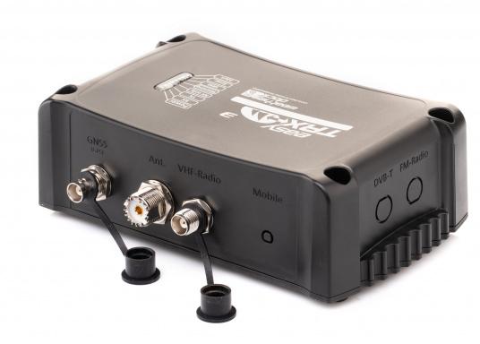 Der Class B AIS-Sender/Empfänger easyTRX3 von Weatherdock überzeugt mit neusten Innovationen: 5 W Sendeleistung, schnellere Übertragungsrate der AIS Protokolle und SOTDMA-Technologie. Der AIS-Transceiver besteht aus einem robusten, kompakten und wasserdichten Gehäuse und gewährleistet, dass permanent parallel auf beiden AIS-Frequenzen gesendet und empfangen wird. Das Gerät verfügt über einen integrierten Splitter und einer externen GPS- und WiFi-Antenne. (Bild 2 von 7)