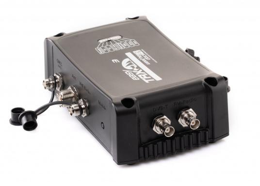 Der Class B AIS-Sender/Empfänger easyTRX3 von Weatherdock überzeugt mit neusten Innovationen: 5 W Sendeleistung, schnellere Übertragungsrate der AIS Protokolle und SOTDMA-Technologie. Der AIS-Transceiver besteht aus einem robusten, kompakten und wasserdichten Gehäuse und gewährleistet, dass permanent parallel auf beiden AIS-Frequenzen gesendet und empfangen wird. Das Gerät verfügt über einen integrierten Splitter, eine integrierte GPS-Antenne und ein DVBT-Modul. (Bild 2 von 6)