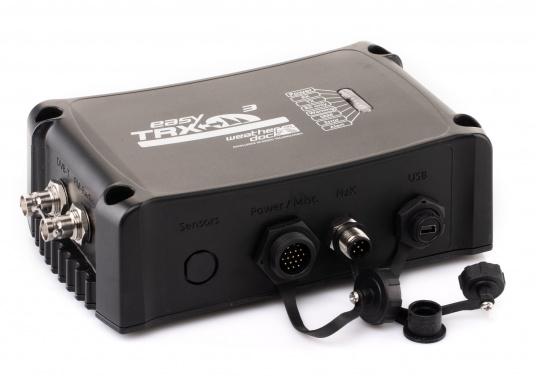 Der Class B AIS-Sender/Empfänger easyTRX3 von Weatherdock überzeugt mit neusten Innovationen: 5 W Sendeleistung, schnellere Übertragungsrate der AIS Protokolle und SOTDMA-Technologie. Der AIS-Transceiver besteht aus einem robusten, kompakten und wasserdichten Gehäuse und gewährleistet, dass permanent parallel auf beiden AIS-Frequenzen gesendet und empfangen wird. Das Gerät verfügt über einen integrierten Splitter, eine integrierte GPS-Antenne und ein DVBT-Modul. (Bild 3 von 6)