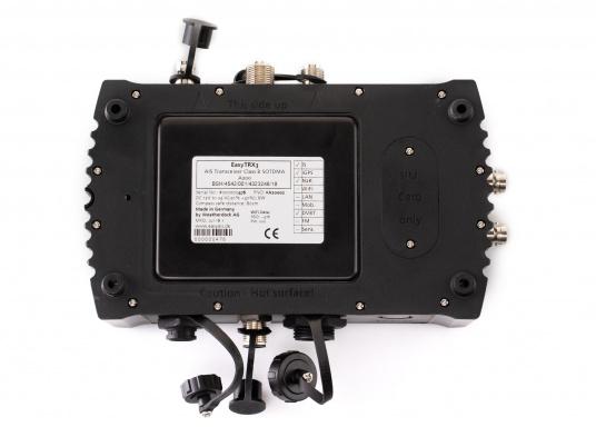 Der Class B AIS-Sender/Empfänger easyTRX3 von Weatherdock überzeugt mit neusten Innovationen: 5 W Sendeleistung, schnellere Übertragungsrate der AIS Protokolle und SOTDMA-Technologie. Der AIS-Transceiver besteht aus einem robusten, kompakten und wasserdichten Gehäuse und gewährleistet, dass permanent parallel auf beiden AIS-Frequenzen gesendet und empfangen wird. Das Gerät verfügt über einen integrierten Splitter, eine integrierte GPS-Antenne und ein DVBT-Modul. (Bild 5 von 6)
