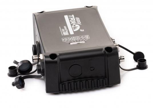 Der Class B AIS-Sender/Empfänger easyTRX3 von Weatherdock überzeugt mit neusten Innovationen: 5 W Sendeleistung, schnellere Übertragungsrate der AIS Protokolle und SOTDMA-Technologie. Der AIS-Transceiver besteht aus einem robusten, kompakten und wasserdichten Gehäuse und gewährleistet, dass permanent parallel auf beiden AIS-Frequenzen gesendet und empfangen wird. Das Gerät verfügt über einen integrierten Splitter, eine integrierte GPS-Antenne und ein DVBT-Modul. (Bild 4 von 6)