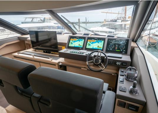 The Raymarine Glass Bridge series is a powerful chartplotter in an elegant design. The gS165 multifunction display features a fast dual-core processor and a third graphics processor for exceptionally fast image composition. The integrated WiFi and Bluetooth module allows you to connect the chartplotter to a variety of devices. (Imagen 13 of 18)