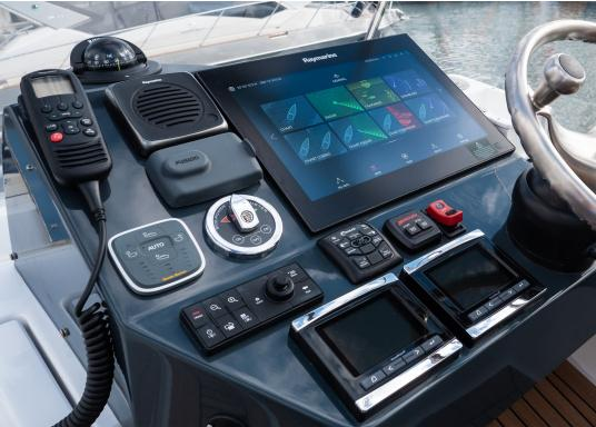 The Raymarine Glass Bridge series is a powerful chartplotter in an elegant design. The gS165 multifunction display features a fast dual-core processor and a third graphics processor for exceptionally fast image composition. The integrated WiFi and Bluetooth module allows you to connect the chartplotter to a variety of devices. (Afbeelding 17 of 18)