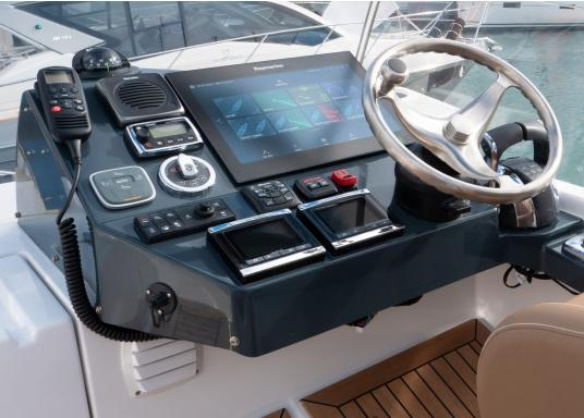 The Raymarine Glass Bridge series is a powerful chartplotter in an elegant design. The gS165 multifunction display features a fast dual-core processor and a third graphics processor for exceptionally fast image composition. The integrated WiFi and Bluetooth module allows you to connect the chartplotter to a variety of devices. (Imagen 18 of 18)