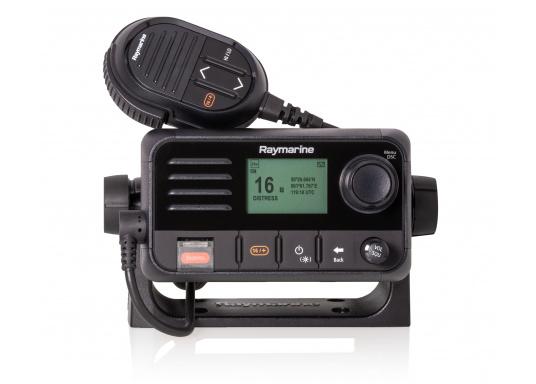 Das kompakte UKW-SeefunkgerätRay53 von Raymarine verfügt über einen eingebauten GPS-Empfänger und überzeugt mit aktueller und hervorragender Leistungsfähigkeit sowie vielseitiger Konnektivität. (Bild 2 von 5)