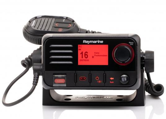 Das kompakte UKW-SeefunkgerätRay53 von Raymarine verfügt über einen eingebauten GPS-Empfänger und überzeugt mit aktueller und hervorragender Leistungsfähigkeit sowie vielseitiger Konnektivität.