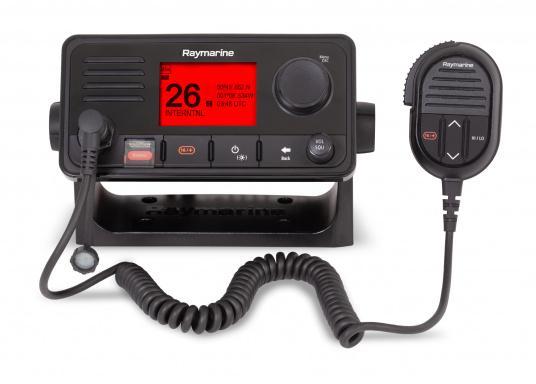 Das kompakte UKW-Seefunkgerät Ray73 von Raymarine verfügt über einen eingebauten GPS- und AIS-Empfänger und überzeugt mit aktueller und hervorragender Leistungsfähigkeit, vielseitiger Konnektivität und Flexibilität. Es besteht die Möglichkeit ein kabelgebundenen Controller anzuschließen.So können Sie Ihre Funkanlage von überall an Bord steuern. (Bild 2 von 5)