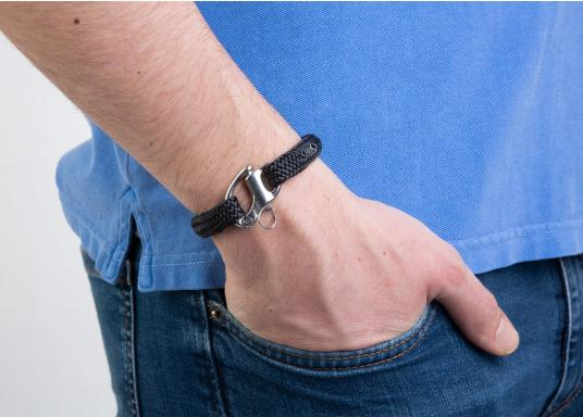 """The """"Glattdecker"""" wristband from Gemma Spartum is made of sailing rope and is simple, maritime and modern! The subtle design with stainless steel emblem is unobtrusive, but still eye-catching. Available in sizes: M and L. (Afbeelding 3 of 4)"""