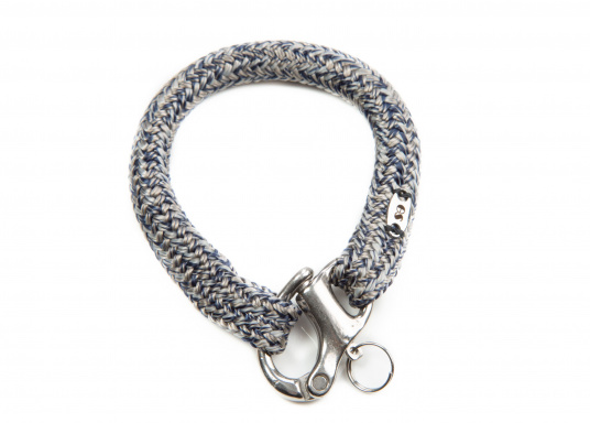 "The ""Bugspriet"" wristband from Gemma Spartum is made of sailing rope and features an elegant mottled design with a discreet stainless steel emblem. A charming paring of robust sailing rope and elegant arm jewellery. It can be worn on any occasion as its colour tone is not obtrusive. It includes a snap shackle similar to links used in sailing, a real eye-catcher."