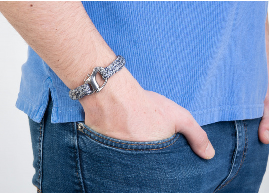 "The ""Bugspriet"" wristband from Gemma Spartum is made of sailing rope and features an elegant mottled design with a discreet stainless steel emblem. A charming paring of robust sailing rope and elegant arm jewellery. It can be worn on any occasion as its colour tone is not obtrusive. It includes a snap shackle similar to links used in sailing, a real eye-catcher. (Imagen 3 of 4)"