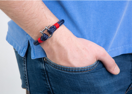 """The """"Sheet"""" wristband from Waterkant is made of sailing rope and is timelessly elegant, maritime jewellery. The single-coloured navy blue rope is decorated with red cord. The wristbands are handmade and braided. Make a statement! (Imagen 3 of 4)"""