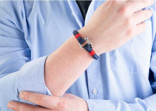"""The """"Sheet"""" wristband from Waterkant is made of sailing rope and is timelessly elegant, maritime jewellery. The single-coloured navy blue rope is decorated with red cord. The wristbands are handmade and braided. Make a statement! (Imagen 4 of 4)"""