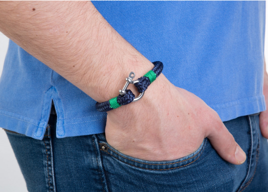 "The ""Sheet"" wristband from Waterkant is made of sailing rope and is timelessly elegant, maritime jewellery. The single-coloured navy blue rope is decorated with green cord. The wristbands are handmade and braided. Make a statement! (Afbeelding 3 of 4)"