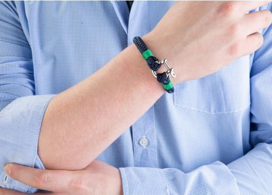 "The ""Sheet"" wristband from Waterkant is made of sailing rope and is timelessly elegant, maritime jewellery. The single-coloured navy blue rope is decorated with green cord. The wristbands are handmade and braided. Make a statement! (Afbeelding 4 of 4)"
