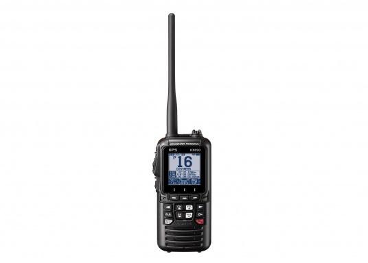 """Radio VHF portable avec récepteur GPS intégré. Son boîtier robuste au design ergonomique et son écran de 2,3"""" assurent un confort d'utilisation exceptionnel. Deux systèmes de brouillage intégrés permettent la communication sécurisée en mer. (Image 3 de 7)"""