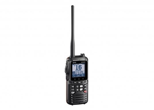 """Radio VHF portable avec récepteur GPS intégré. Son boîtier robuste au design ergonomique et son écran de 2,3"""" assurent un confort d'utilisation exceptionnel. Deux systèmes de brouillage intégrés permettent la communication sécurisée en mer."""