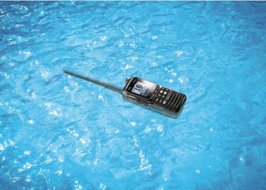 """Radio VHF portable avec récepteur GPS intégré. Son boîtier robuste au design ergonomique et son écran de 2,3"""" assurent un confort d'utilisation exceptionnel. Deux systèmes de brouillage intégrés permettent la communication sécurisée en mer. (Image 6 de 7)"""