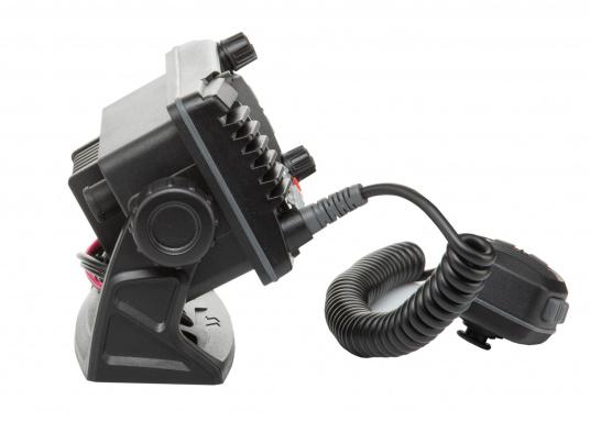 La radio GX1850GPS est robuste et extrêmement compacte, elle a une profondeur d'installation de seulement 82 mm. Ainsi, cette radio présente une grande flexibilité d'installation. Son écran large ( 66 x 36 mm ) et son menu de navigation simple offrent une utilisation intuitive.De plus, il est facile d'intégrer la GX1850GPS à votre réseau NMEA2000. (Image 5 de 5)