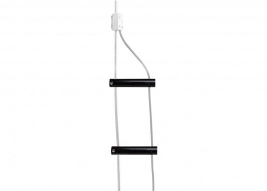 Da das Hochspannungskabel technisch gesehen bereits Antenne ist, sollte dieses möglichst frei strahlen können. Das gelingt nur, wenn man die Zuleitung zum isolierten Achterstag mit Hilfe von Standoffs Abstand bringt. (Bild 4 von 4)