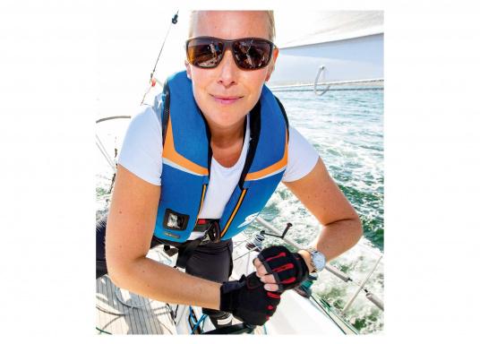 High End Rettungsweste für für Hochseesegeln und Motorschiff (Blauwasser), Yacht- und Fahrtensegeln. Schnelles, sicheres Drehen durch den 3D-Schwimmkörper in die Rückenlage, selbst beim Tragen von Schlechtwetterkleidung. Lieferung inklusive EASY RESCUE AIS-Notsender. (Bild 6 von 9)