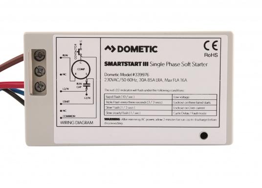 Der Smartstart III von Dometic minimiert die kurzfristig auftretenden hohen Anlaufstromspitzen, welche beim Start der Klimaanlage auftreten können und sorgt dadurch für eine stabile 230 V Bordnetz-Wechselspannung. Mit dem Smartstart III kann die Klimaanlage selbst dann noch problemlos anlaufen, wenn sie an einem schwach abgesicherten Wechselspannungsnetz (z.B. am Steg) angeschlossen ist.