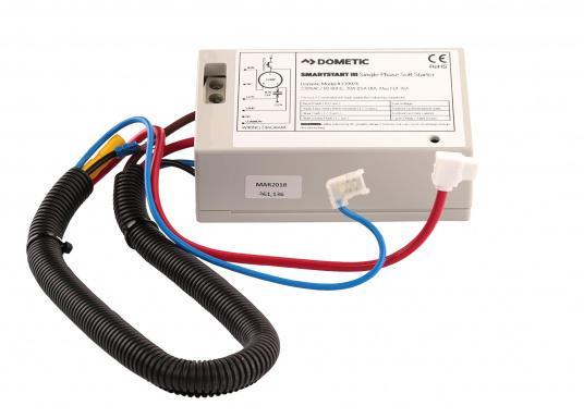 Der Smartstart III von Dometic minimiert die kurzfristig auftretenden hohen Anlaufstromspitzen, welche beim Start der Klimaanlage auftreten können und sorgt dadurch für eine stabile 230 V Bordnetz-Wechselspannung. Mit dem Smartstart III kann die Klimaanlage selbst dann noch problemlos anlaufen, wenn sie an einem schwach abgesicherten Wechselspannungsnetz (z.B. am Steg) angeschlossen ist. (Bild 2 von 2)