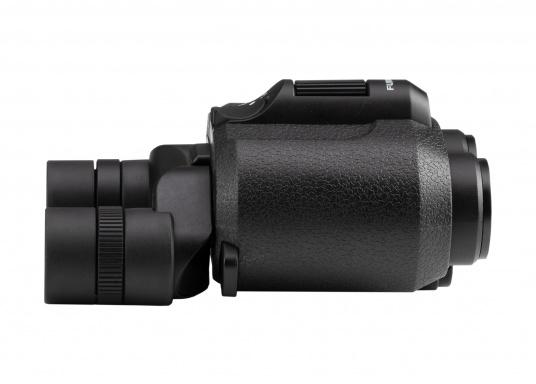 Ergonomic, innovative and lightweight! The FUJINON Techno-Stabi 12x28 compact binoculars create a stabilised field of vision for an image that is sharp, high-contrast and bright. The resulting image enhancement ensures a solid and stable view from virtually all vehicles, whether on land, at sea or in the air. (Imagen 3 of 9)