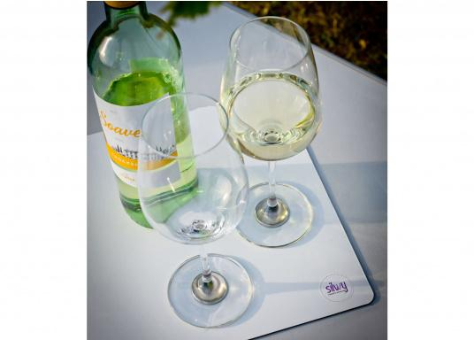 These elegant magnetic crystal glass wine glasses with built-in magnets in the bottom are secure even at high seas! The glasses are made of crystal glass and are supplied as a set of 2 including metallic gel coasters. Capacity: 250 ml. (Afbeelding 13 of 14)
