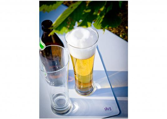 These elegant magnetic crystal glass beer glasses with built-in magnets in the bottom are secure even at high seas! The glasses are made of crystal glass and are supplied as a set of 2 including metallic gel coasters. Capacity: 330 ml (Image 8 of 9)