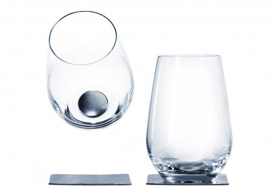 These elegant magnetic crystal glass longdrink glasses with built-in magnets in the bottom are secure even at high seas! The glasses are made of crystal glass and are supplied as a set of 2 including metalic gel coasters. Capacity: 400 ml.