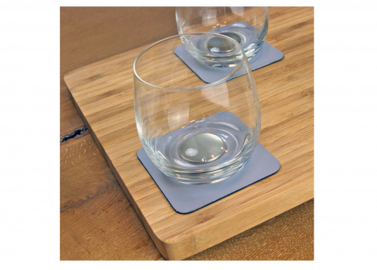 These elegant magnetic crystal glass whisky glasses with built-in magnets in the bottom are secure even at high seas! The glasses are made of crystal glass and are supplied as a set of 2 including metallic gel coasters. Capacity: 250 ml (Afbeelding 4 of 7)