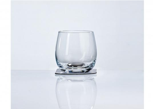 These elegant magnetic crystal glass whisky glasses with built-in magnets in the bottom are secure even at high seas! The glasses are made of crystal glass and are supplied as a set of 2 including metallic gel coasters. Capacity: 250 ml (Imagen 3 of 7)